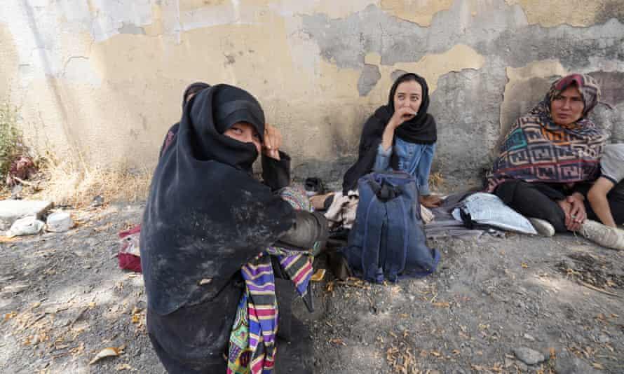 عائلة من غزنة غادرت أفغانستان منذ 28 يومًا ، تنتظر في تاتفان شرقي تركيا مهربًا ليأخذهم إلى اسطنبول.