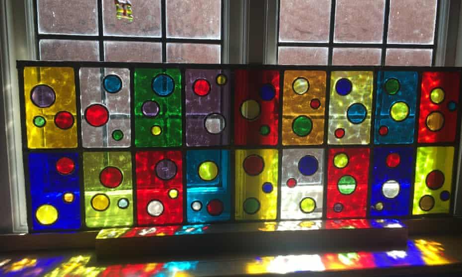 アン・マーフィーのパートナーは、彼自身のクロージングプロジェクトとしてステンドグラスパネルを設計および製造しました