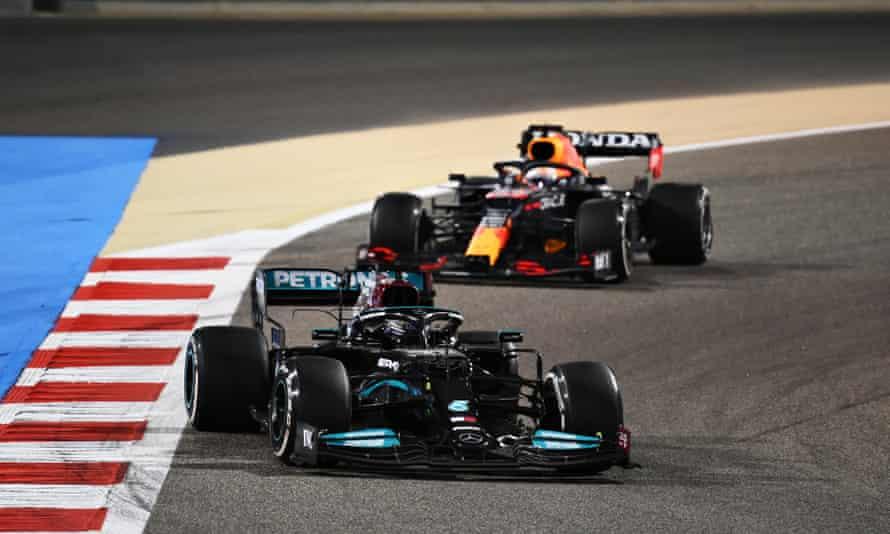 لوئیس همیلتون هدایت ماکس ورستاپن در بحرین است.