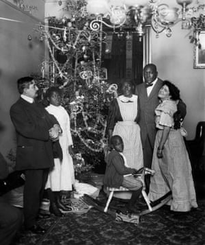 """Boxer Jack Johnson with fiancé Etta Terry Duryea, right, and his mother Tina """"Tiny"""" Johnson in his new apartment during Christmas 1910"""