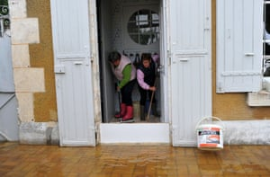 People mop their flooded house in Monthou-sur-Bièvre.