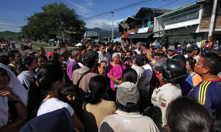 people gathered near Venezuela Colombia border