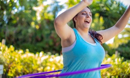 Wanita yang menggunakan Hula-hoop