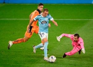 Iago Aspas fait le tour du gardien pour marquer un but qui a d'abord été refusé pour hors-jeu, puis donne par VAR.