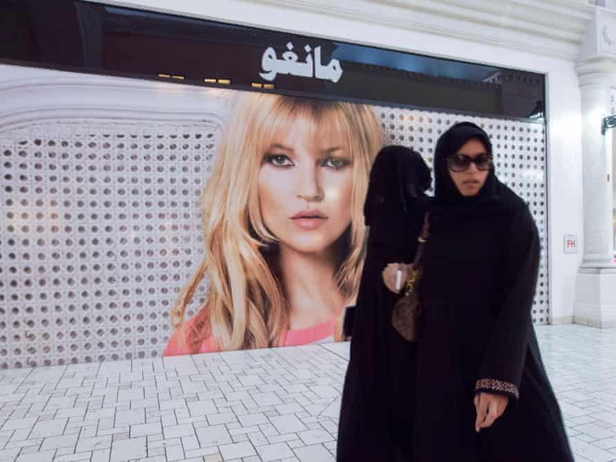 زنان در یک مرکز خرید در دوحه.  حتی زنان قطری که زندگی