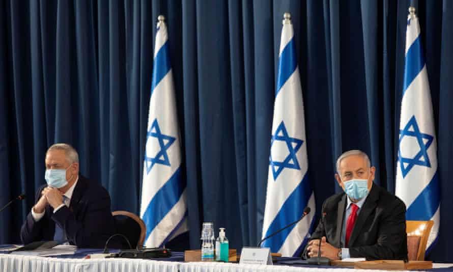 Benny Gantz and Benjamin Netanyahu at a cabinet meeting