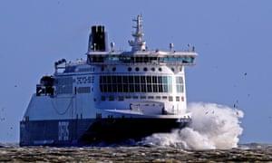 Le ferry DFDS Dover Seaways s'écrase sur les vagues à son arrivée au port de Douvres dans le Kent