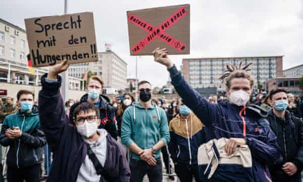 A placard at Annalena's Baerbock's Chemnitz rally urges: 'Speak to the hunger strikers'.