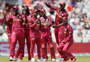 Die Spieler von West Indies feiern das Wicket von Colin Munro.