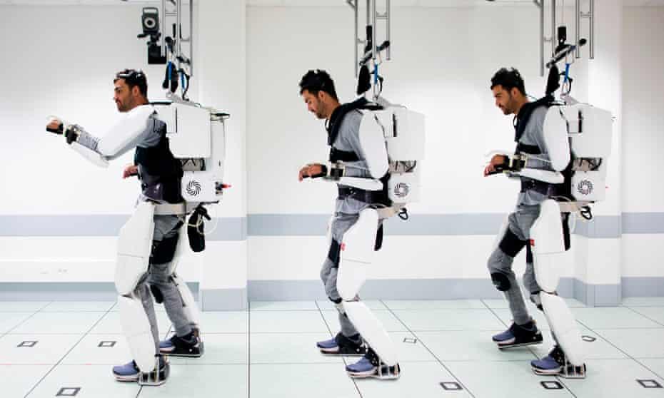 Thibault walks using the exoskeleton.