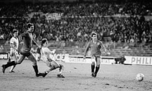Spain defenders Arteche and Chendo look on as Gary Lineker scores his fourth goal.