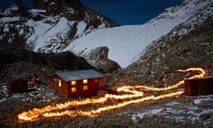 The Glacier Lewis, Mt Kenya, 1963 (A), 2014. Hình ảnh này ghi lại một đường mà mặt trước sông băng là vào năm 1963 trong khi cho thấy nó hiện đang ở đâu. Sử dụng bản đồ khoa học và GPS, Norfolk đã đánh dấu đường cũ bằng đèn pin ẩn. Tôi đã đi dọc theo hàng kéo cây gậy đang cháy của mình, nối các chấm của đèn pin. Mất khoảng 20 phút, đó là công việc khó khăn ở độ cao. Việc tiếp xúc với ngọn núi và các ngôi sao tiếp tục trong phần còn lại của giờ. Tôi muốn nó là tất cả trong máy ảnh bởi vì sự thay đổi khí hậu được bao quanh bởi những cái vòng, những người sẽ tuyên bố tôi đã làm giả tất cả.
