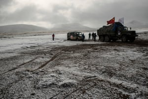 As the team cross over a frozen river, one of their vehicules is bogged down.
