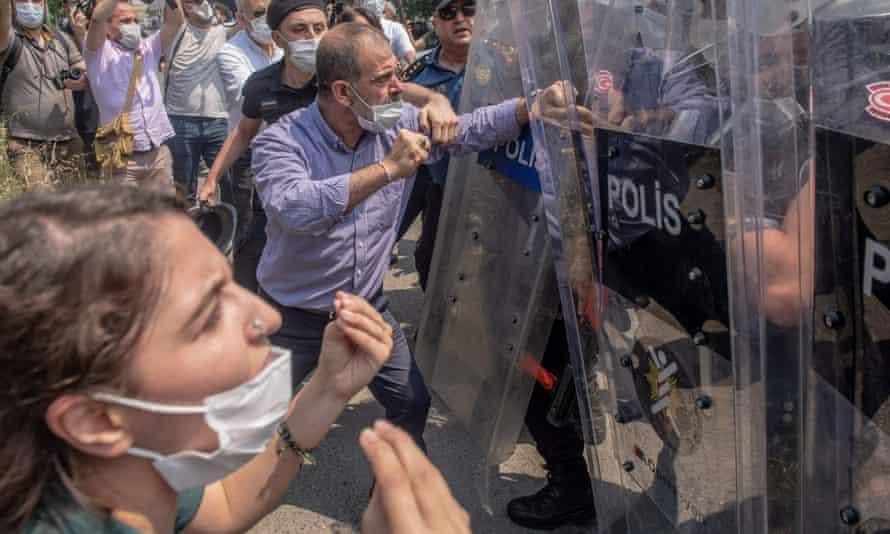 HDP deputy Tuma Celik clashes with Turkish riot police