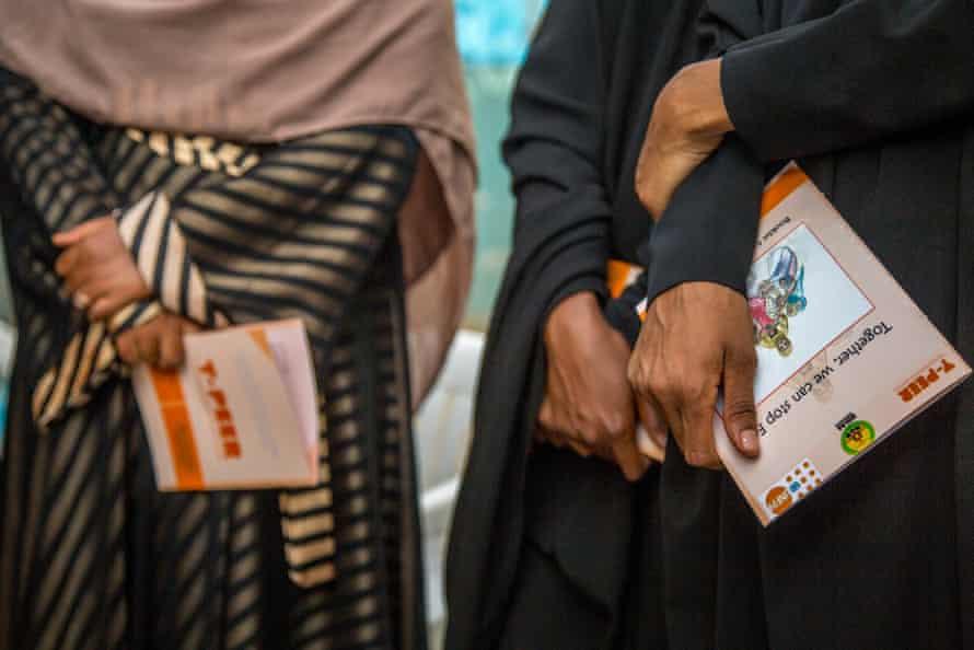 Estudiantes en Hargeisa, Somalilandia, con folletos que brindan pautas sobre la promoción de la mutilación genital femenina.