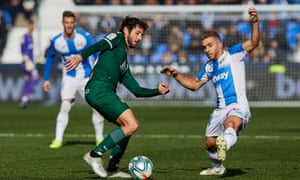 Kévin Rodrigues challenges Espanyol's Esteban Granero.