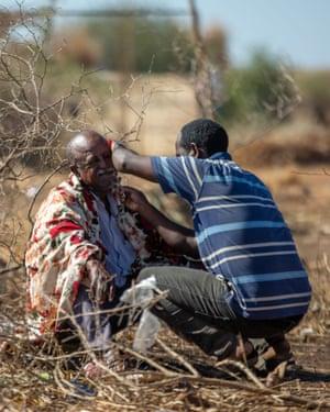 Men shaving near the Um Raquba camp.