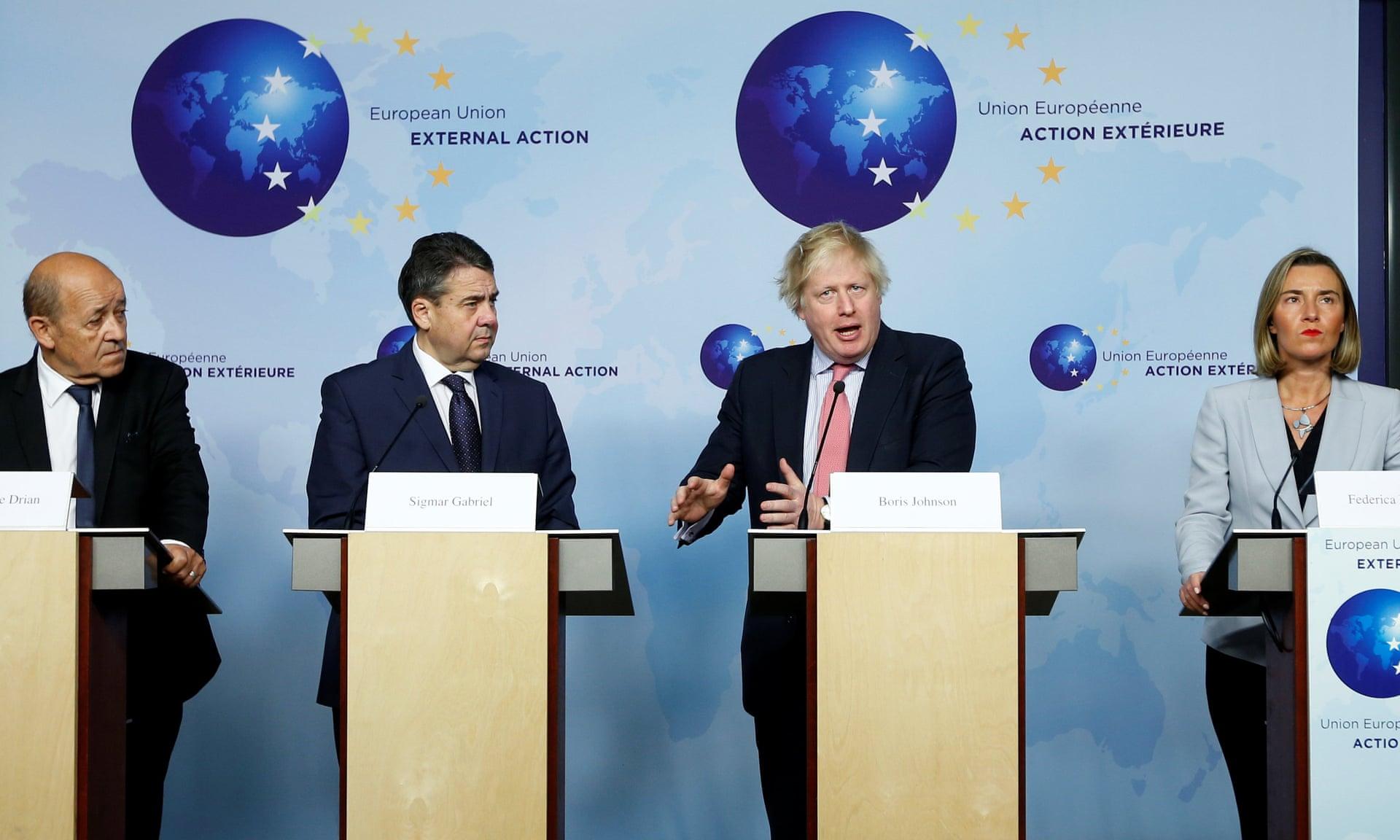 I ministri degli Esteri Jean-Yves Le Drian (Francia), Sigmar Gabriel (Germania), Boris Johnson (Regno Unito) e Federica Mogherini (UE) parlano dopo un incontro a Bruxelles sul nucleare iraniano. Credits to: Francois Lenoir/Reuters francese.