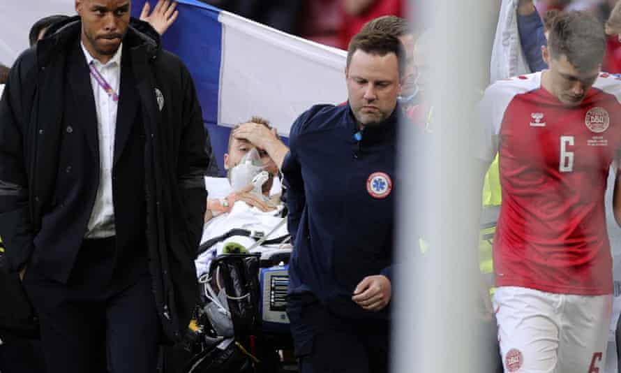 Christian Eriksen ditandu keluar lapangan dengan mata terbuka setelah pingsan sebelumnya