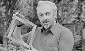 David Berglas holding an illusionary sculpture in June 1986.