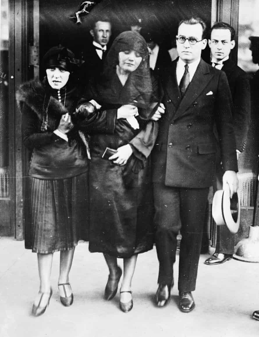 An emotional Pola Negri is supported by friends at Rudolph Valentino's funeral.