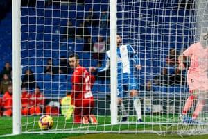 Luis Suárez scores past Diego López.