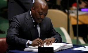 Joseph Kabila signs the Paris agreement on climate change at the UN HQ in NY