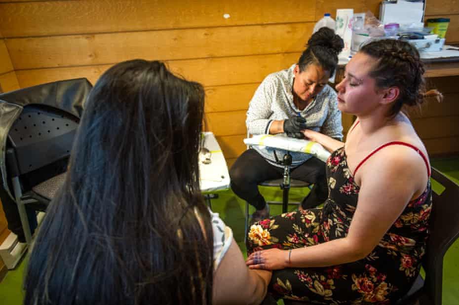 Hovak Johnston tattooing during the Adäka festival.