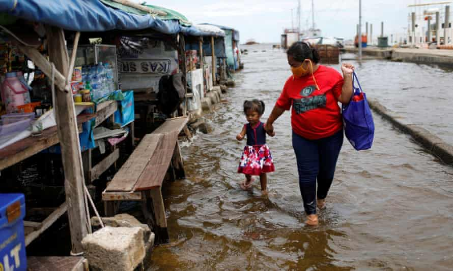 Sular altında yürüyen anne ve çocuk