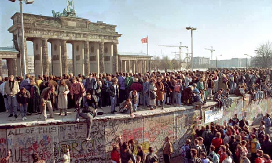 Saul Adler, the protagonist of The Man Who Saw Everything, foresees the fall of the Berlin Wall
