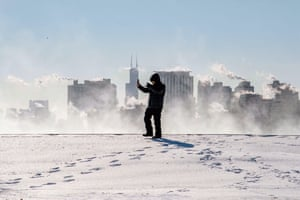 A man takes a selfie in front of the Chicago skyline.