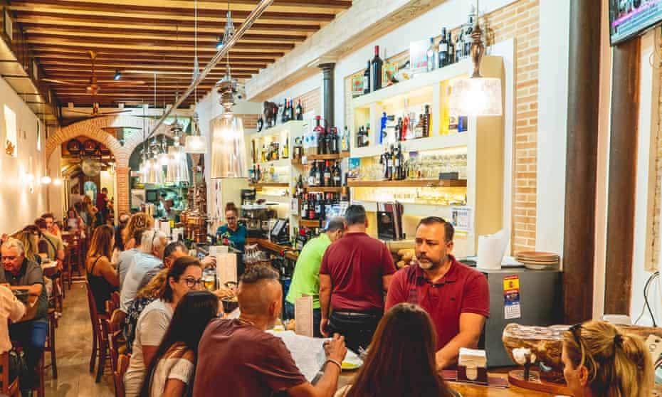 Crowded restaurant scene at Tapería de Columela, Cádiz, Spain