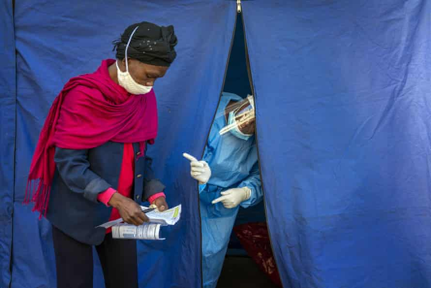 Heath officials in Johannesburg prepare to check for HIV and tuberculosis while carrying out Covid-19 tests