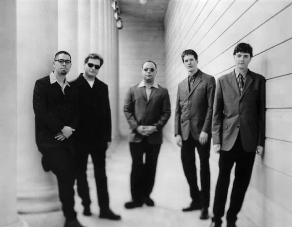 Ed Robertson, Kevin Hearn, Tyler Stewart, Jim Kerrigan, Stephen Page e Andy Kerrigan di Barinacade Ladies nel febbraio 1998.