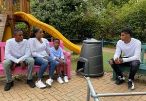 Marcus Rashford s'entretenant avec les utilisateurs du magasin communautaire Evelyn à Deptford, Londres, à propos de leurs expériences de pauvreté alimentaire