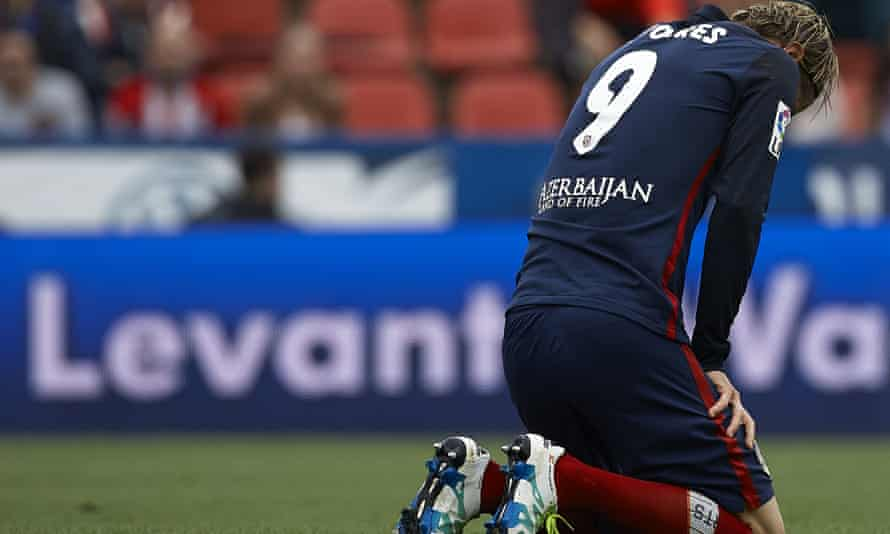 Atlético Madrid's Fernando Torres reacts on the pitch in the match against Levante