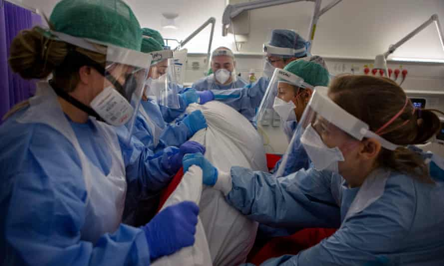 El personal del hospital rodea a un paciente en la cama.