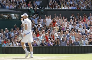 The crown cheer as Murray takes the second set.
