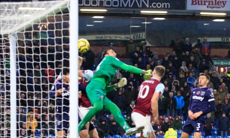 Roberto's gaffe ensures Burnley end poor run with win against West Ham