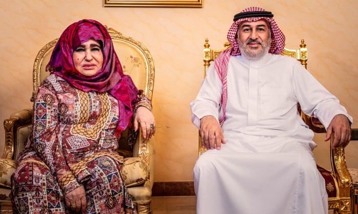 الاخ غير الشقيق لأسامة بن لادن بجانب امه علياء غانم في جده. تصوير: الغارديان