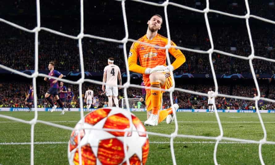 David de Gea watches Barcelona's second goal trickle in.