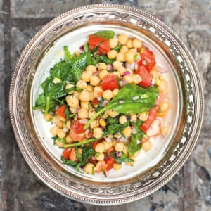 Chickpeas with spinach and yoghurt