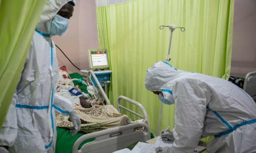 Медицинские работники ухаживают за пациентом с Covid-19 в центральной больнице Джабра в Хартуме