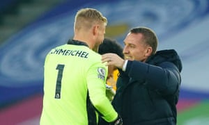 Brendan Rodgers va embrasser Kasper Schmeichel après la victoire contre les Wolves qui a remporté Leicester