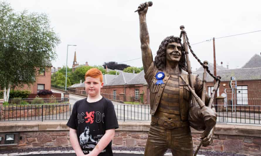 The Bon Scott statue, with one of the band's younger fans.