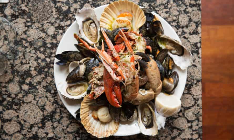 A round white plate full of shellfish