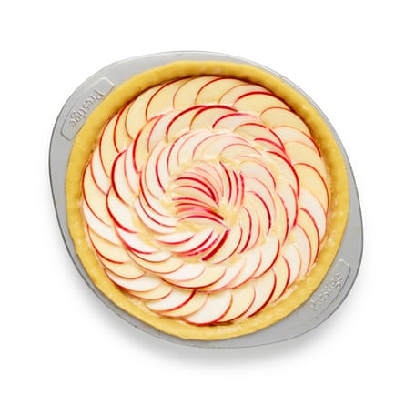 Arrange the apple half-moons on top of the tart in neat concentric circles, bake the tart for half an hour, then glaze with melted jam.