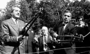 Foreign Ministers Gyula Horn (R) of Hungary and Alois Mock (L) of Austria cutting the barbed wire fence on the Hungarian-Austrian border, 27 June 1989.