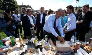 Alain Juppé at a picnic in Bordeaux