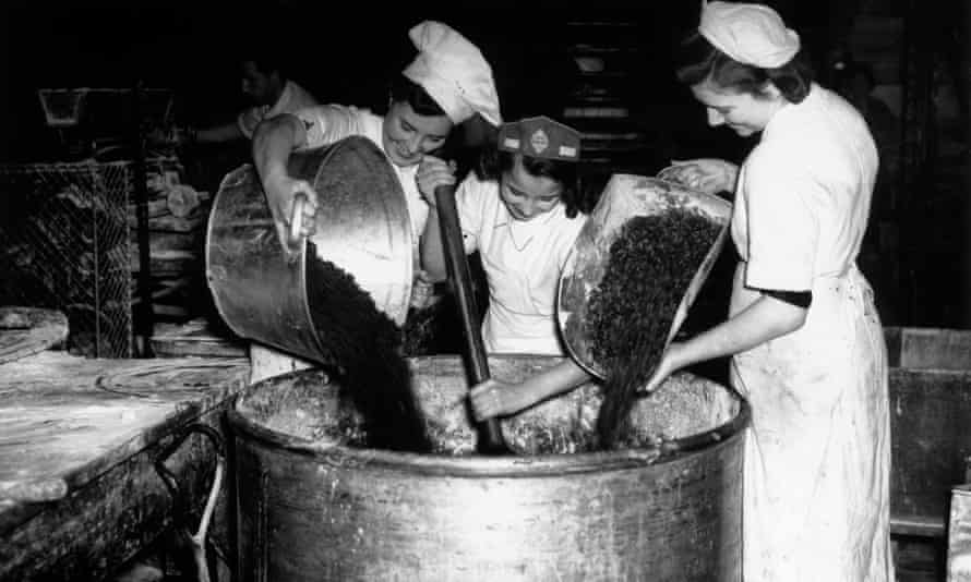 Chefs preparing pudding for the British wartime army, 1941